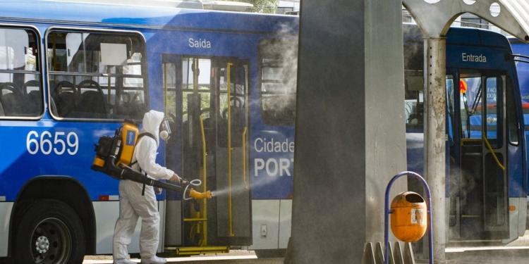 Prefeitura faz a sanitização do Terminal Triângulo, ponto de grande circulação de pessoas em Porto Alegre. Foto: Cristine Rochol/PMPA