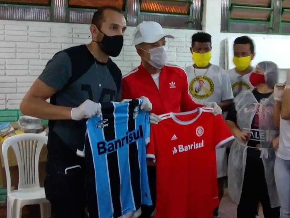 D'Alessandro  e Barcos doaram camisas do Inter e do Grêmio. O valor arrecadado será revertido em fundos para novas atividades. Foto: Divulgação
