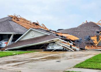 Danos causados por tornado em Monroe, Louisiana, em 12.abr.2020. Crédito: Peter Tuberville / redes sociais via REUTERS