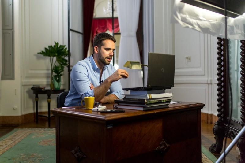 Eduardo Leite durante coletiva pela internet nesta quarta-feira (20). Foto: Gustavo Mansur/Palácio Piratini