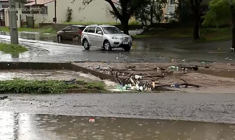 Ponto de alagamento no bairro Sarandi, em Porto Alegre. Foto: reprodução / Record TV RS