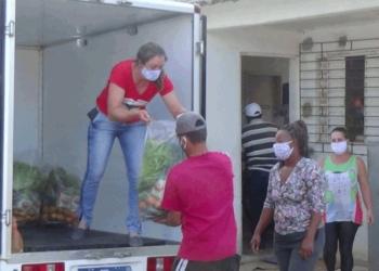 Famílias que trabalham com reciclagem recebem alimentos da Reforma Agrária. Foto: Eliane Crupinski