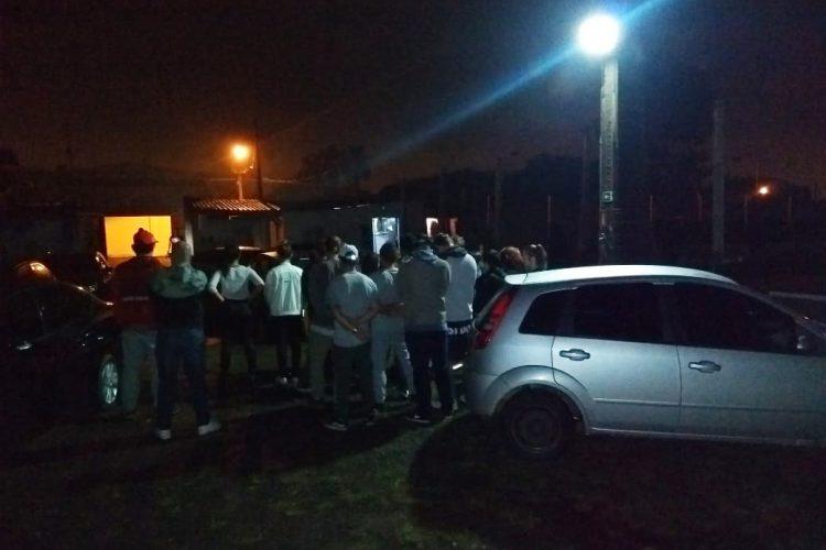 27 pessoas aglomeradas em um pequeno espaço. Foto: Divulgação/BM