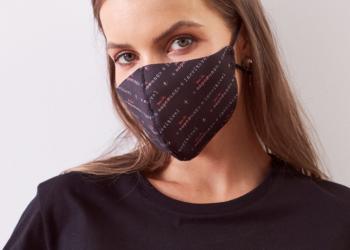 Forum mulher com camiseta e máscara