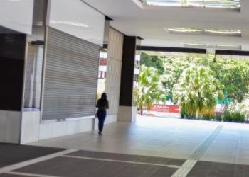 Tanto as lojas físicas (de rua) quanto os shopping centers apresentam queda no número de frequentadores desde março. Foto: Marcello Casal Jr./ABr