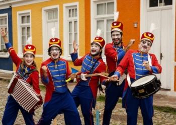 Orquestra de Brinquedos, músicos vestidos como soldadinhos sorriem, atração estará no Poa Drive-in Show