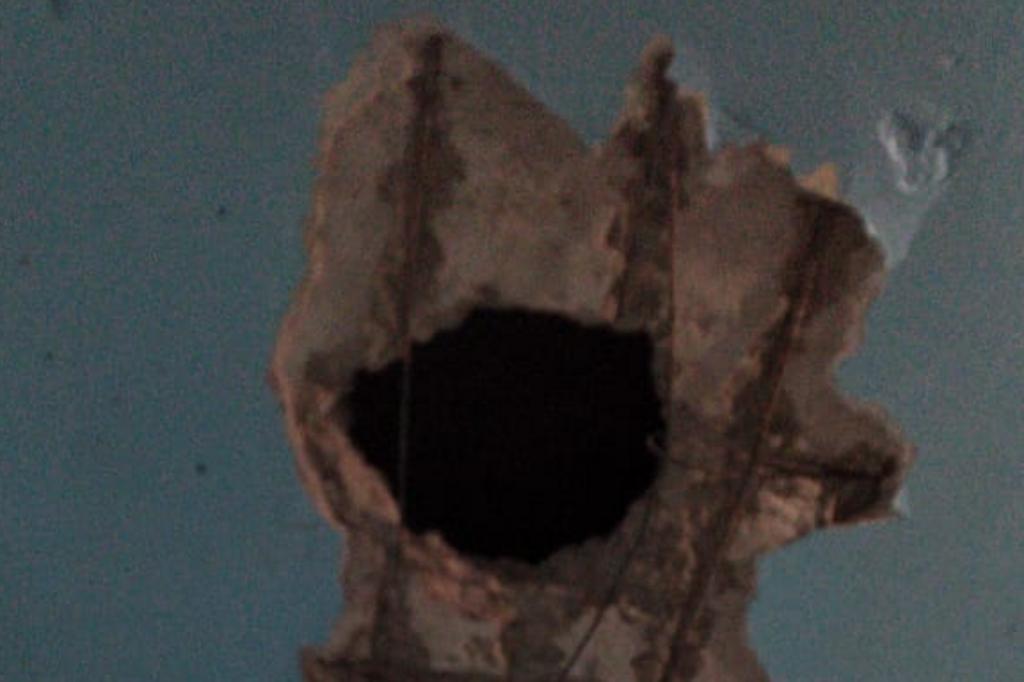 Apenados abriram buraco no teto para conseguirem fugir. Foto: Brigada Militar/Divulgação