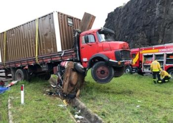 Caminhão não conseguiu parar e passou por cima do carro. Foto: CRBM/Divulgação