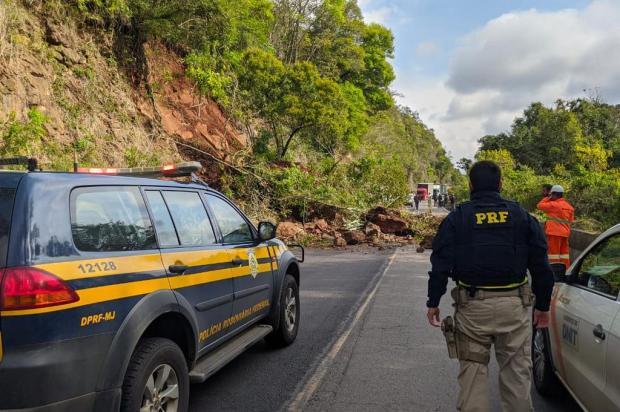 Trânsito foi totalmente bloqueado. Foto: Divulgação/PRF