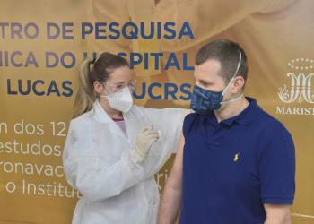 Aplicação da vacina CoronaVac no Hospital São Lucas da PUC em Porto Alegre. Foto: Bruno Todeschini/PUCRS