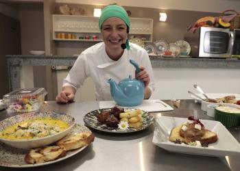 Chef com microfone em frente a diferentes pratos. Festival de Gastronomia de Gramado
