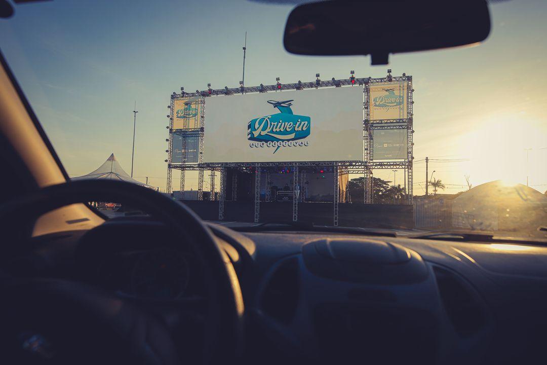 Drive-in visto de dentro do carro, como será o evento da Tintas Renner.