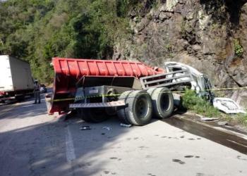 Caminhão bateu nas pedras próximas da rodovia. Foto: Divulgação/ Grupo Rodoviário