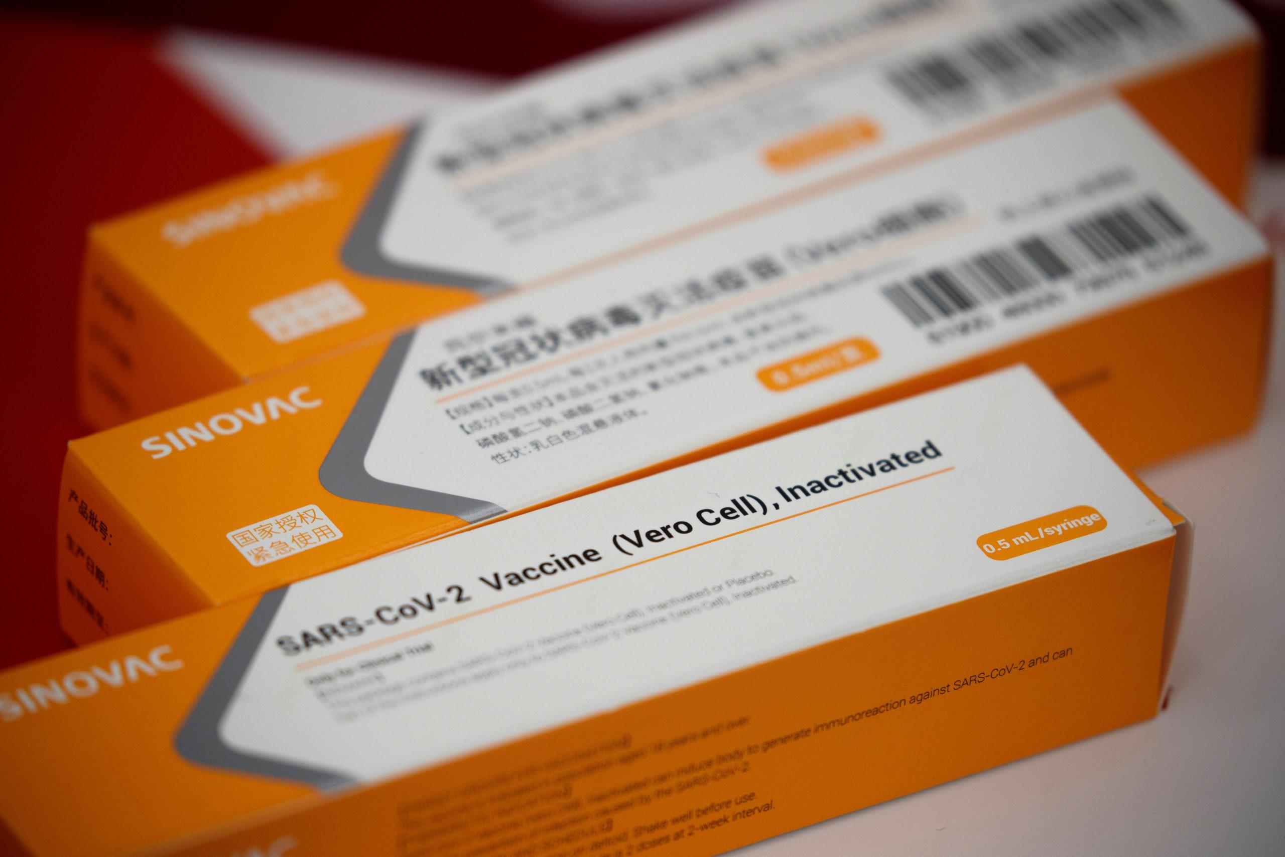 Caixas com vacinas experimentais contra Covid-19 da Sinovac. Crédito: REUTERS/Thomas Peter / via Agência Brasil