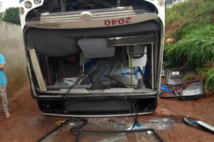 O ônibus é da Dalamar Transporte LTDA e no momento do acidente prestava serviço para a JBS. Foto: Divulgação/Corpo de Bombeiros