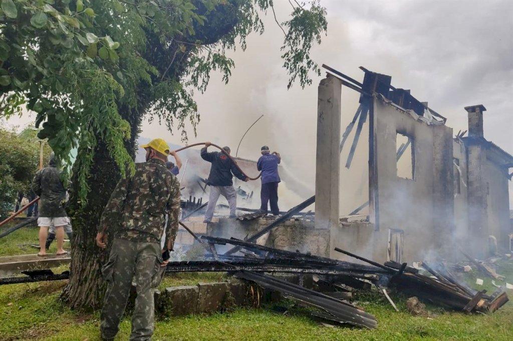Não deu tempo para os bombeiros salvarem a casa. Foto: Carla Fumagalli/Rádio 14 de Julho