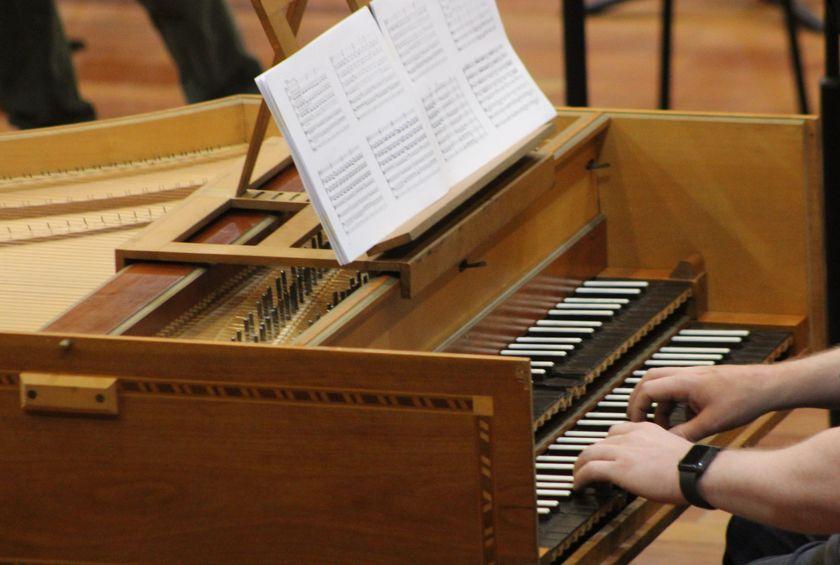 Órgão. Mãos tocam as teclas guiadas por partitura.