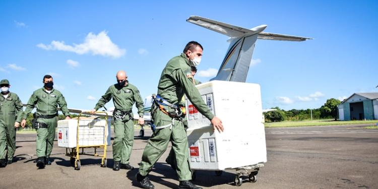 Vacinas CoronaVac são embarcadas em helicópteros da Brigada Militar. Créditos: Soldado Éverton De David / PM5, Brigada Militar