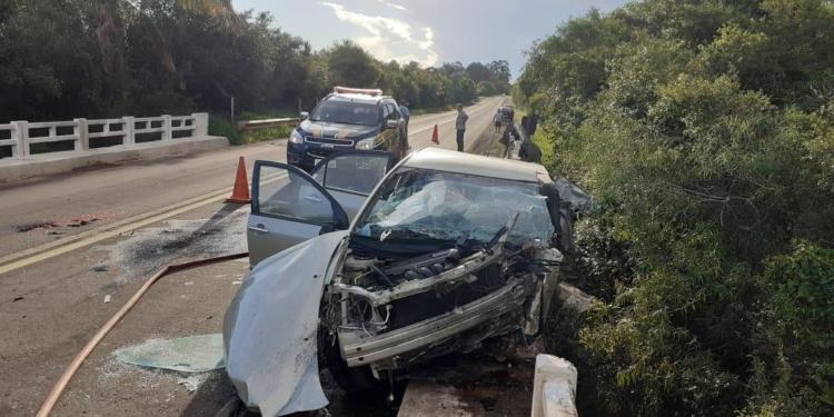 Com o impacto, o motorista foi projetado para fora do automóvel. Foto: Divulgação/PRF
