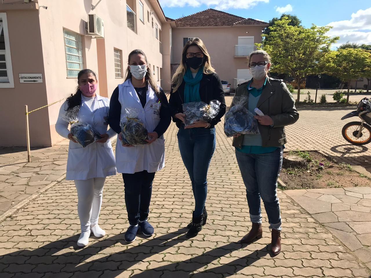 Quatro mulheres com máscaras.