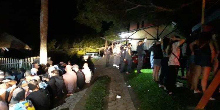 A fiscalização chegou na chácara onde a festa era realizada por meio de denúncias da comunidade.  Foto: Divulgação / Prefeitura de Caxias do Sul