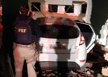 Carro colidiu em uma casa em Porto Alegre. Foto: Divulgação/PRF