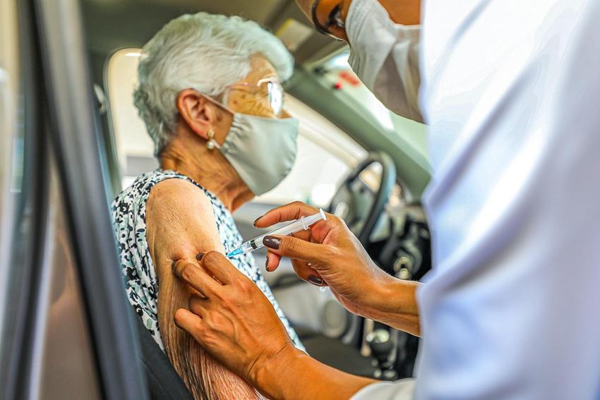 Vacinação no sistema drive thru. Foto: Giulian Serafim/PMPA