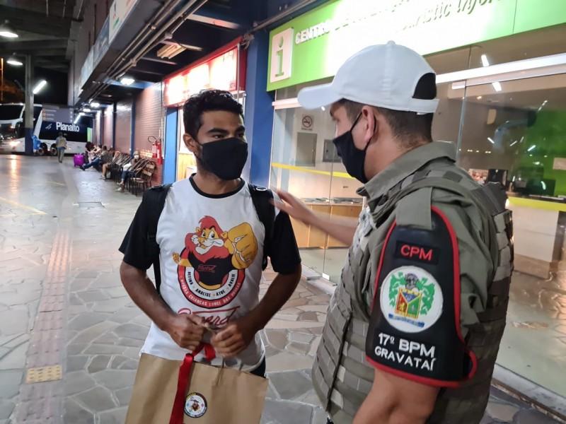 Matheus com o soldado Ávila. Foto: Divulgação/BM