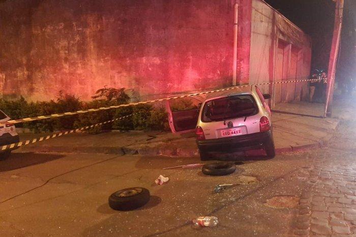 Veículo conduzido por criminoso bateu em parede de uma residência. Foto: Divulgação/BM