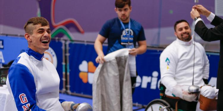 Bruno Martins, à esquerda na foto, é paratleta esgrimista sobre rodas.  Foto: Divulgação