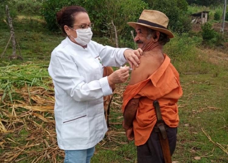 Em Pouso Novo, profissionais de saúde levam a vacina até a casa de moradores em localidades mais distantes. Foto: Divulgação/SES