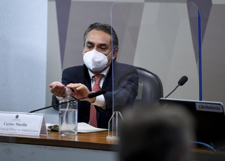 Gerente-geral da Pfizer na América Latina, Carlos Murillo, higieniza as mãos com álcool. Foto: Edilson Rodrigues / Agência Senado