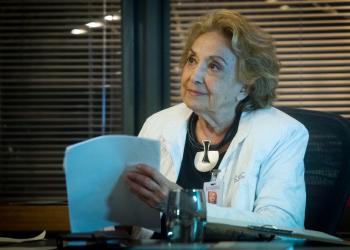 """Eva Wilma no papel da personagem Petra na novela """"O Tempo não Para"""", de 2018. Foto: Raquel Cunha/Globo"""