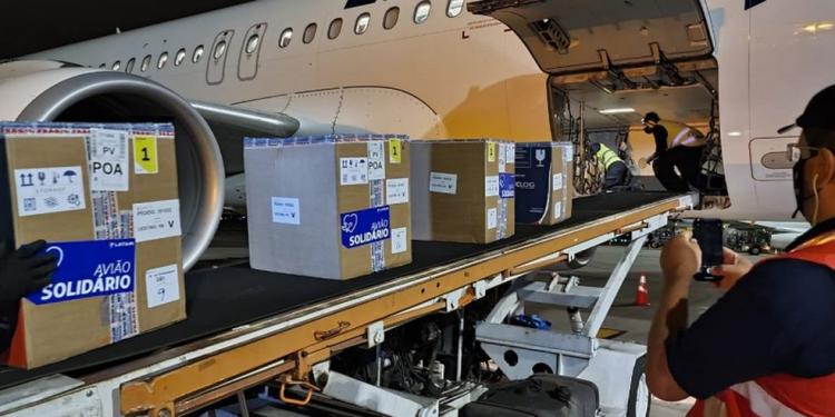As vacinas chegaram na noite desta segunda-feira (10) no Aeroporto Salgado Filho. Foto: Itamar Aguiar/Palácio Piratini