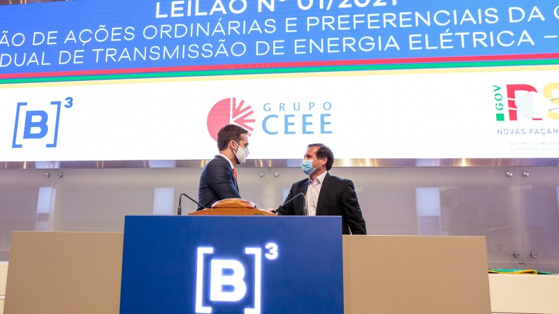 Governador Leite e Gustavo Estrella, presidente da CPFL Energia, empresa que assumirá a CEEE-T. Foto: Gustavo Mansur / Palácio Piratini