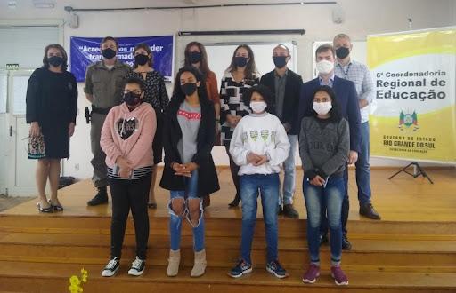 Aparelhos foram entregues para estudantes do Instituto de Ensino Estadual Ernesto Alves, em Rio Pardo. Foto: Divulgação/ Susepe