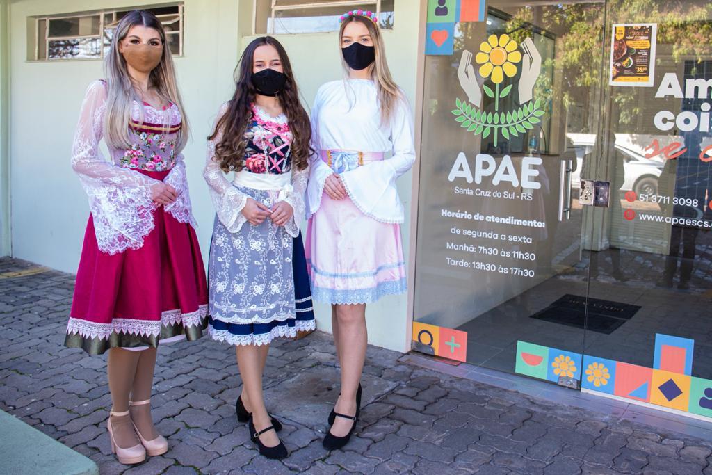 Trio das soberanas em visita às entidades beneficiadas. Foto: Divulgação