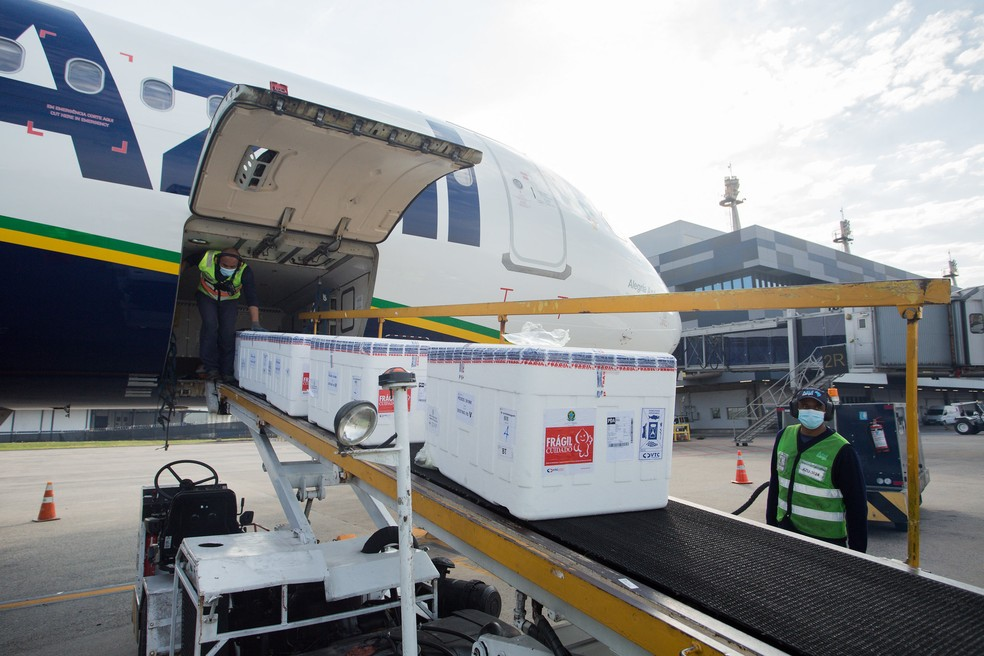 Lote da CoronaVac chegou pela manhã no Aeroporto Salgado Filho. Foto: Felipe Dalla Valle/Palácio Piratini