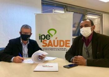 Diretor-presidente do IPE Saúde, Júlio Cersar Vieiro Ruivo, e o vice-prefeito de Arroio Grande, Casca Silva. Foto: Divulgação/IPE Saúde
