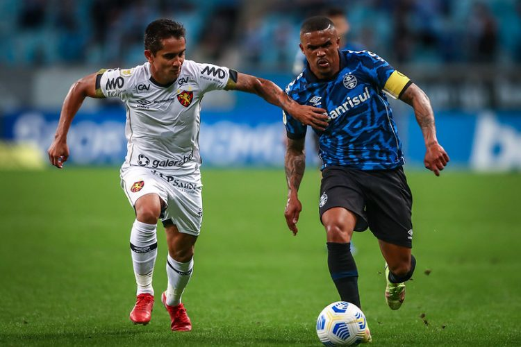 Douglas Costa (D) voltou ao time neste domingo e marcou o gol que diminuiu a vantagem do Sport  Foto: Lucas Uebel/Grêmio FBPA