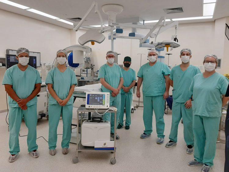 Imagem da equipe que realizou o procedimento pioneiro na Região Sul do país. Foto: Nicole Rosa da Silva