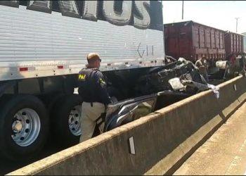 Caminhonete Toyota Hilux, dirigida pelo prefeito, acabou prensada e destruída entre dois caminhões. Crédito: Reprodução/PRF