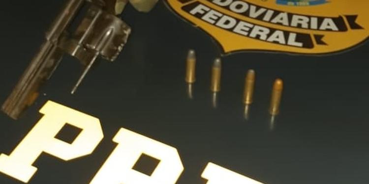 Eles estavam com arma, que foi apreendida pela polícia. Foto: Divulgação / PRF
