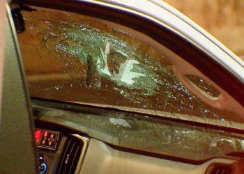 Viatura do IGP é atingida por pedra arremessada de viaduto em Porto Alegre | Foto: Record TV RS / Reprodução